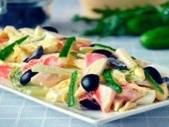 Крабовый салат с плавленным сыром: простой и очень вкусный