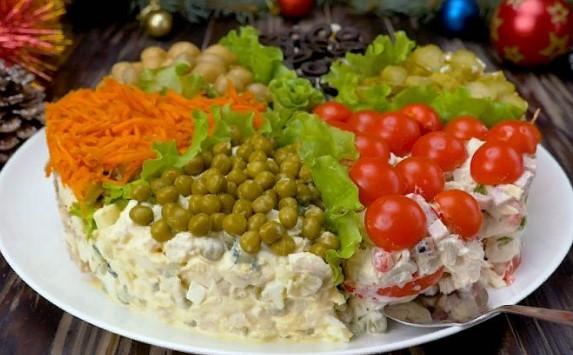 Праздничный салат «Ассорти»: топовые закуски с курицей на одном блюде
