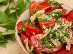 Быстрые маринованные помидоры: вкуснее закуски не придумаешь!
