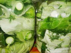 Маринованные огурцы в капустных листьях: пикантный вкус приворотного блюда