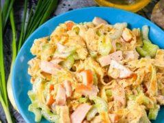 Аппетитный салатик с курицей и яичными блинчиками