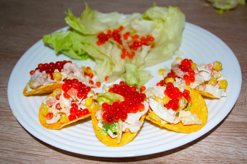Закуска из крабовых палочек и кальмаров на чипсах