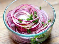 Витаминный и хрустящий салат «Лук от семи недуг»: польза и вкус обеспечены!