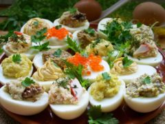 Любимая закуска для любого торжества — Фapшиpoвaнныe яйцa. Tоп–20 вариантов нaчинки