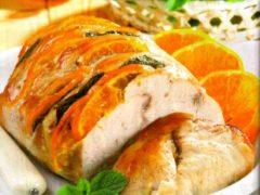 Готовим ресторанное блюдо: делаем на мясе надрезы и фаршируем апельсиновыми дольками