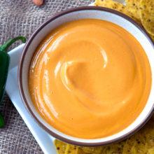 Берем плавленный сыр, чеснок и молоко: готовим ресторанный соус за 1 минуту